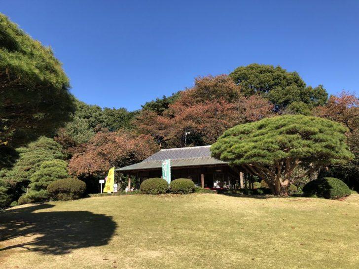 新宿御苑の日本庭園の茶屋