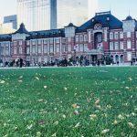 赤レンガ造りの東京駅舎と丸の内駅前広場の芝生