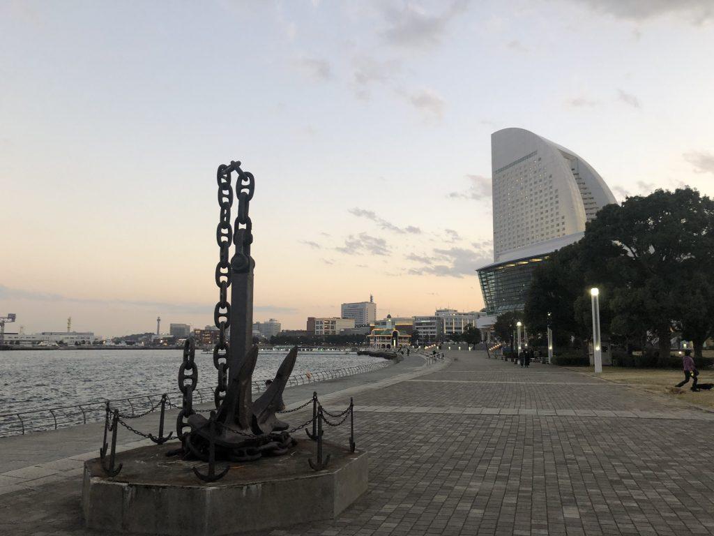 臨港パークの錨とグランドインターコンチネンタルホテル