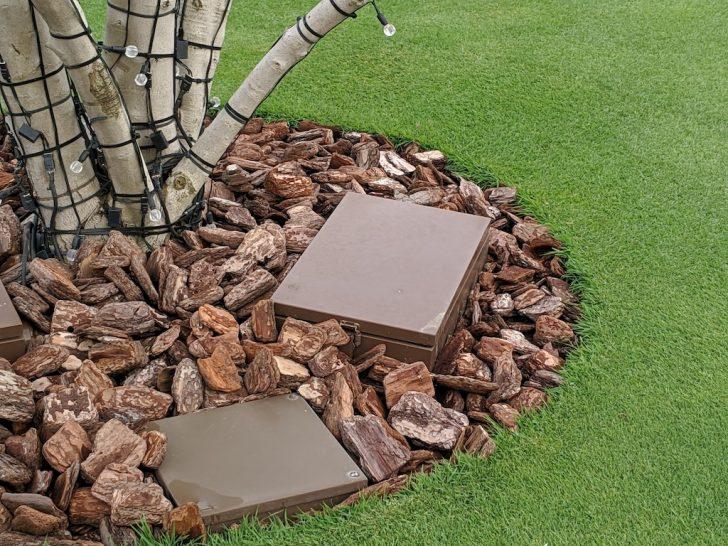 バークチップで芝生との境界線を作る