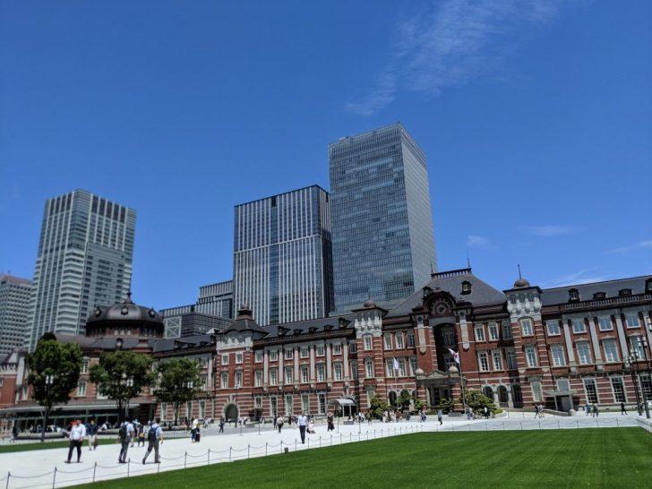 東京駅前広場の芝生
